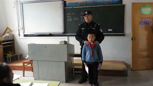 宜昌7岁小学生路拾数千元不动心 民警登门颁奖