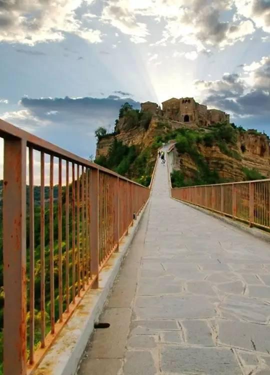 """地震之后 阿富汗如何在废墟中建起一座""""天空之城"""""""