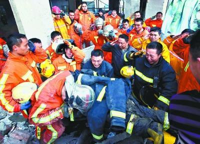 19岁武汉籍消防员上海救火牺牲 疑放鞭引发火灾图片 35729 400x289