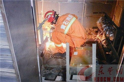 8人被困电梯其中2名孕妇 消防切开轿厢顶救人