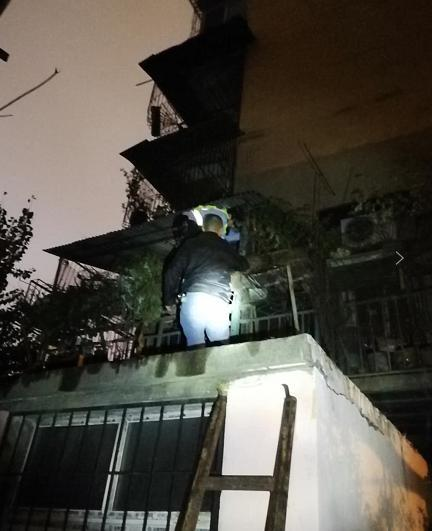 七旬老人被困阳台 热心初中生爬楼相助却一同被困
