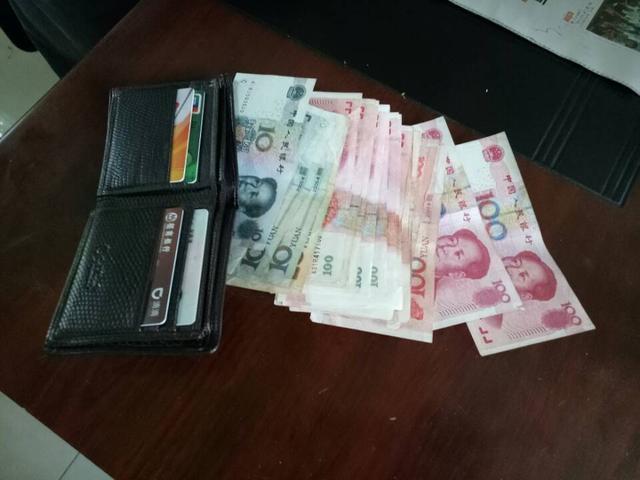 男子公交上捡钱包炫耀还想私吞 耍花招抽走现金