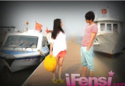 陈翔讨好的跟刘美含合照,但刘美含显然气还未消,陈翔尴尬的微高清图片