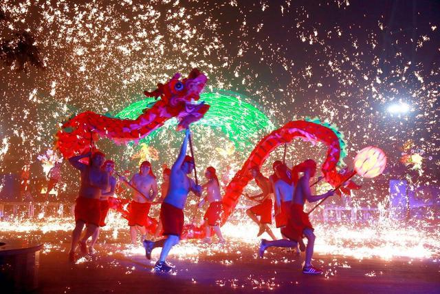 欢乐谷赏灯猜谜闹元宵 火龙钢花表演持续至正月十五图片