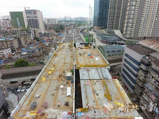 武汉首个跨轻轨高架桥合龙 或8月底通车