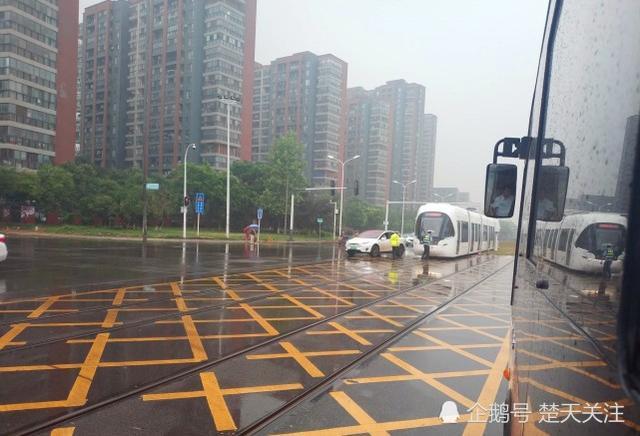 武汉有轨电车又与小车相撞