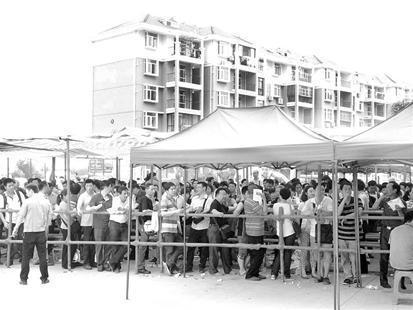 武汉人抢购最后700套经适房 带躺椅连夜排队