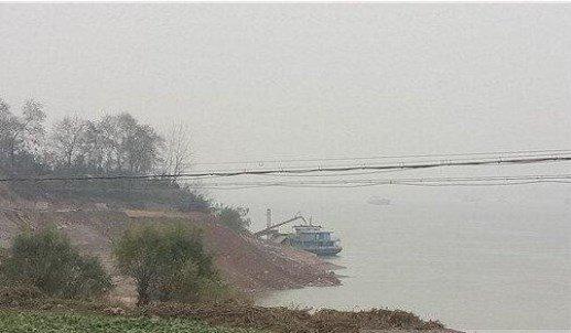 阳新江边出现非法码头 深夜机器轰鸣热火朝天
