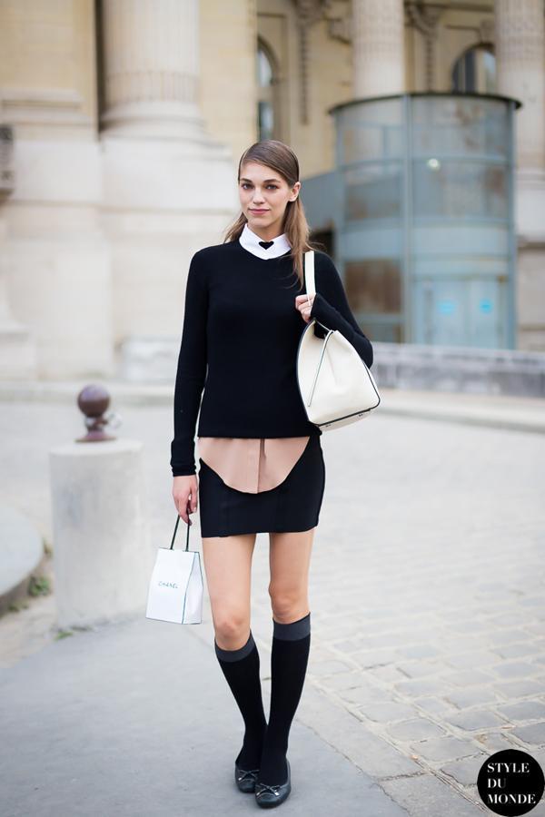 黑色圆领基本款毛衫搭配衬衫、小短裙,轻松春出都市girl的时髦感。