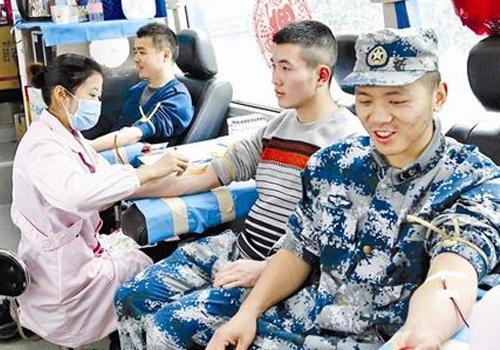 驻襄解放军积极参加无偿献血 为驻地人民献爱心