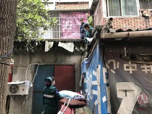 宜昌一妇女失足从4楼跌落 多方联合进行营救