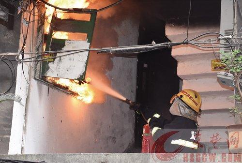 电表箱起火威胁居民安全切断电源后,消防官兵10分钟将火扑灭