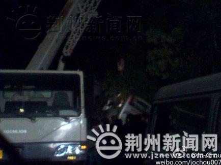 湖北荆州客车在湖南境内翻车10死31伤(组图)