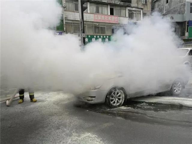 恩施一道路发生惊险一幕 小车突然冒出浓浓烟雾
