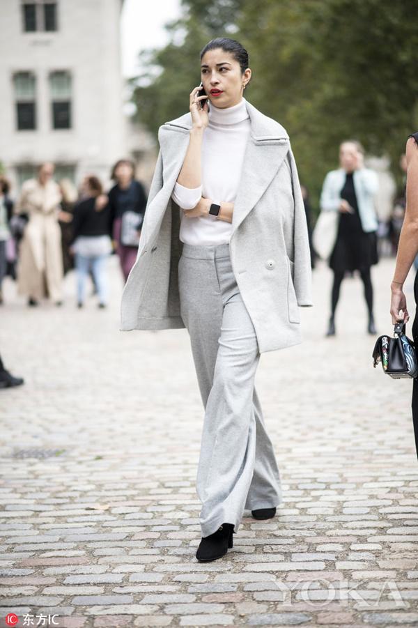 白色高领衫搭配灰色西服感套装,优雅又高级。