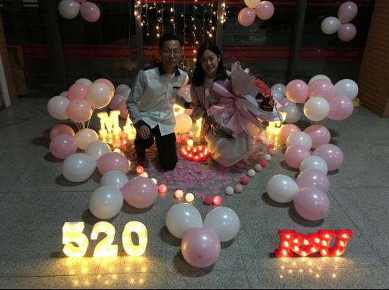 七年恋爱长跑重回母校 高校毕业生校内求婚