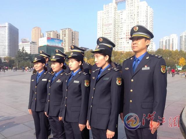 襄阳城管在人民广场举行首批新式城管制服换装仪式