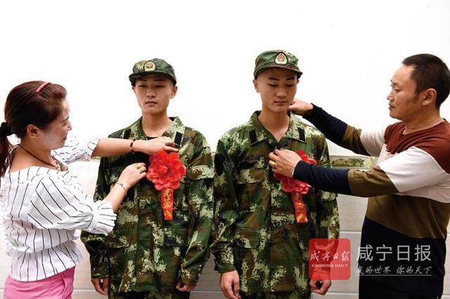 咸宁双胞兄弟同圆军营梦 父母为其整理军装