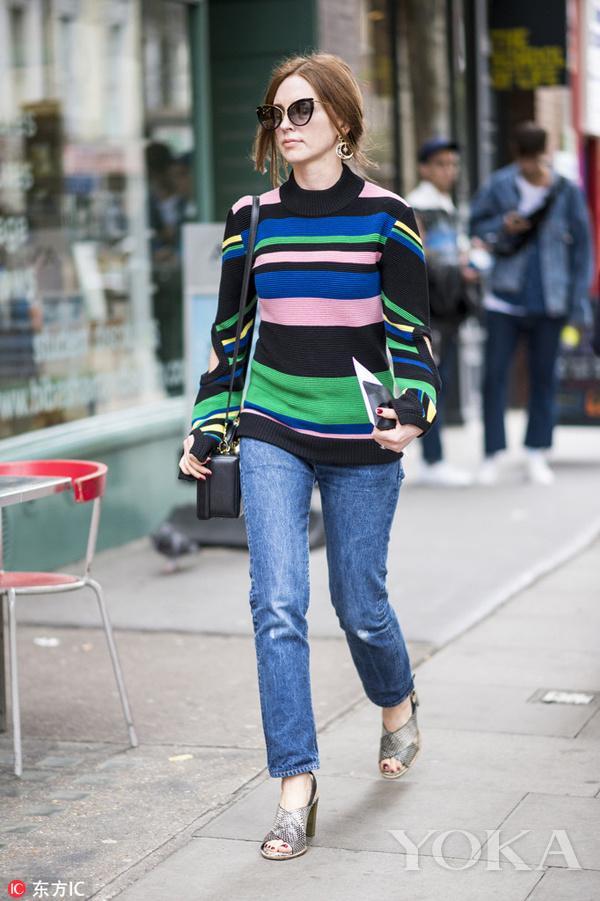 彩色条纹毛衣搭配正蓝牛仔裤,轻松就能穿出彩!