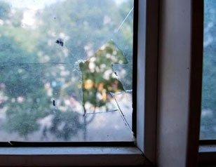 深夜传来枪响 房间窗户玻璃被击穿