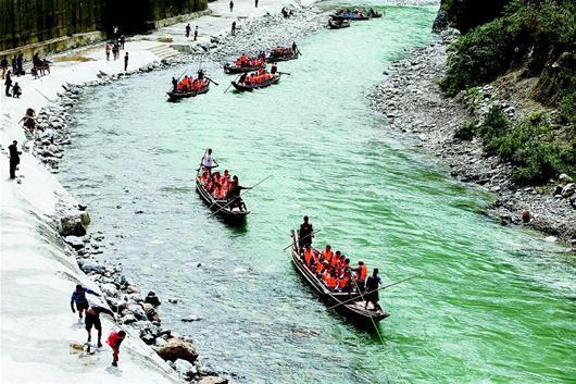 巴东纤夫文化旅游节揭幕 纤夫拉着小船逆水而行