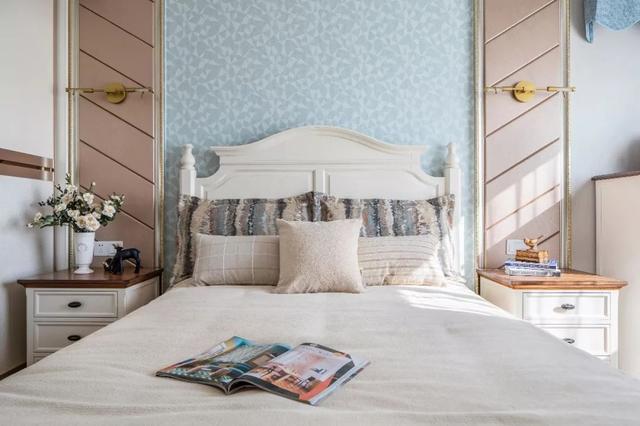 加上米色系的床品,共同打造了一个素雅温馨,又带着小清新的卧室.