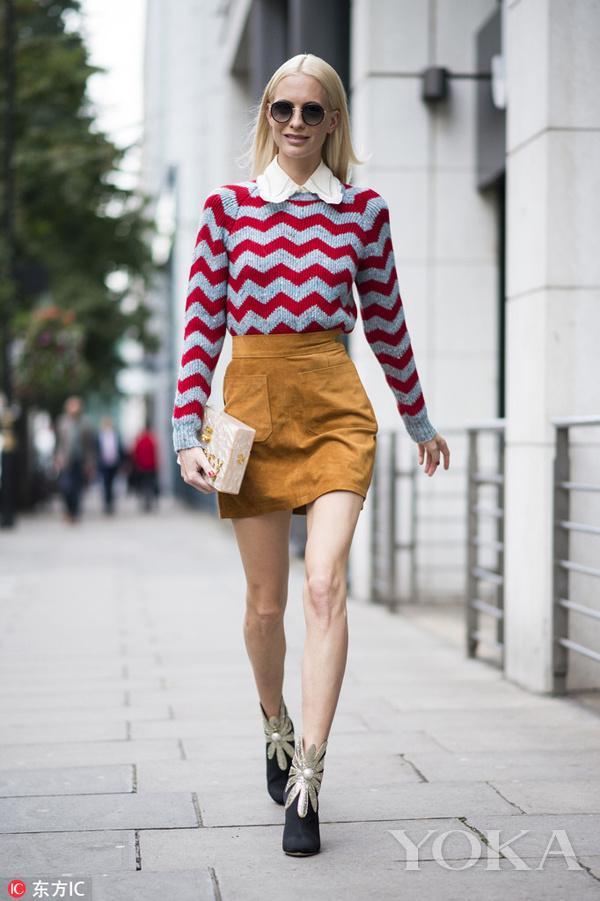 条纹针织毛衣搭配黄色A字短裙,复古又青春。