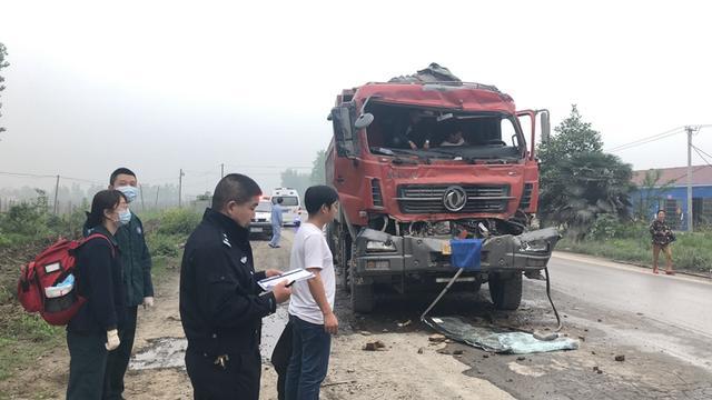 207国道一满载砂石货车发生追尾 消防员分钟将其救出