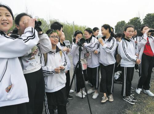 孝感200名学生徒步往返16公里 用脚丈量朱湖湿地