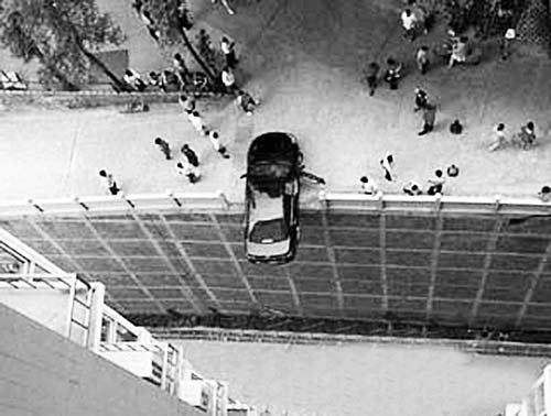 情侣车震亲热误撞倒车挡 撞上楼边围栏悬在半空