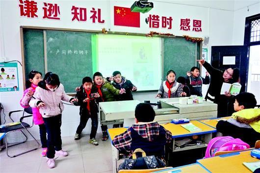 52岁女教师扎根武汉农村32载 让课堂动起来