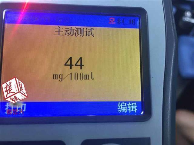 武汉一的哥酒驾遇交警 下车假装打电话欲逃跑