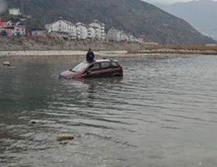 """男子洗车被困河中 爬上车顶求救淡定自拍"""""""