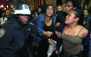 """纽约清场""""占领华尔街""""运动大本营 70人被捕"""