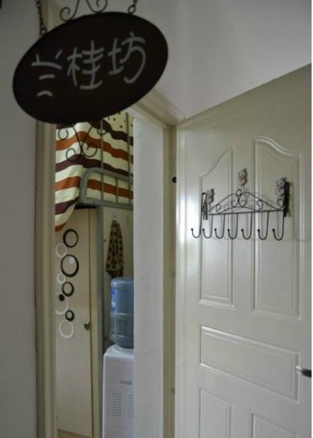 """该寝室Ty8天游注册装饰""""总设计师""""詹胜奇介绍,当初设计,装饰寝室,可花费了四位图片"""