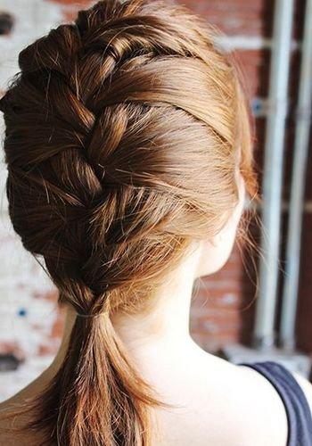 造型工具:橡皮筋   step1:首先将头发分层,头顶四分之一的发量用