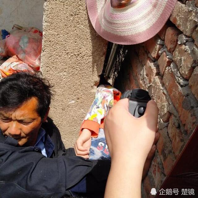 惊险!11岁男孩脑袋被卡墙缝 双脚离地1.6米