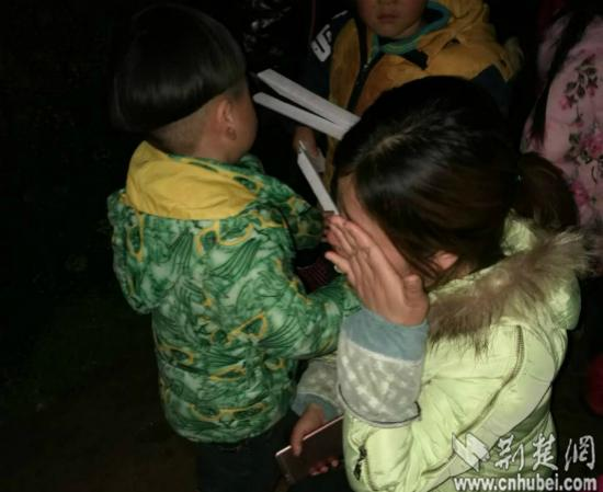 陈女士见到孩子激动地哭了起来  通讯员 卢玉林 摄_meitu_4.jpg