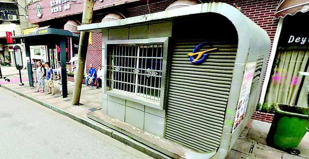 城市留言板:公交废弃站房占道都管不了?