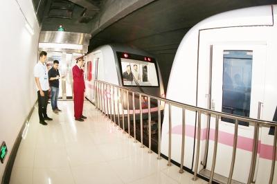 地铁司机徐锋指挥列车连挂。(通讯员 产启斗 摄)