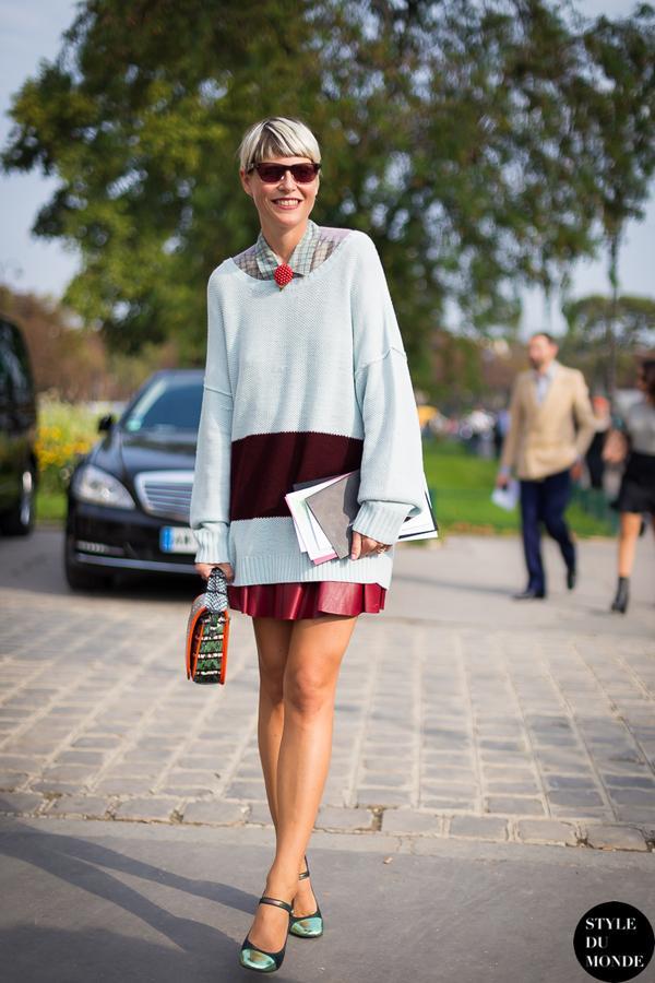 大廓型的毛衣搭配小短裙,特别的减龄显腿细。