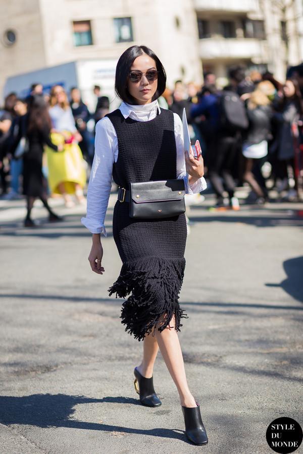这种无袖的针织裙今年也特别流行,搭配衬衫,清新又有层次感。