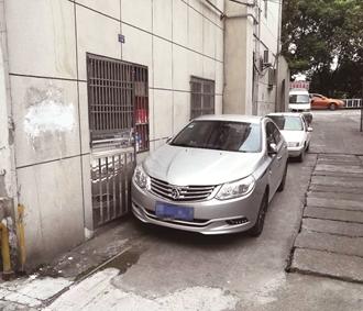 老人发病隔窗呼救 大门被私家车堵住无法打开