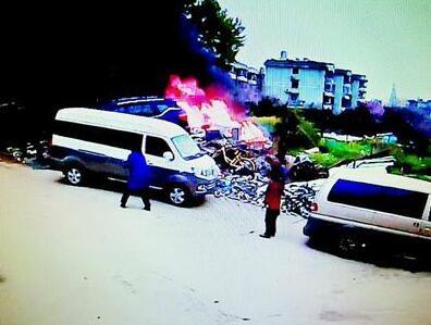 女子烧垃圾引发意外 烧坏他人刚买两个月新车