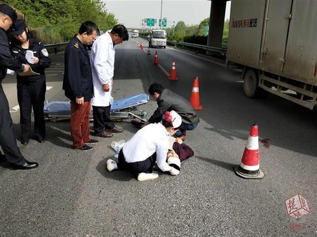 汉鄂高速上90后男子突然跳桥 落入桥下行车道