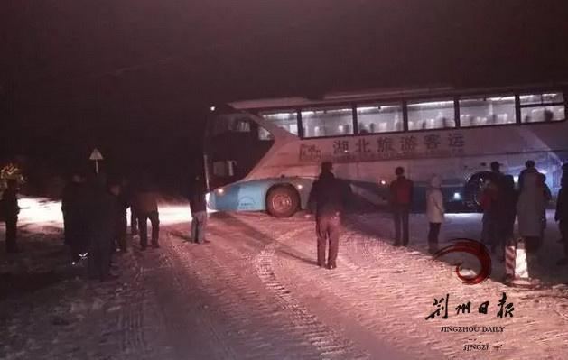 荆州一地昨日11辆车近60人被困 民警紧急救援