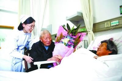 爹爹患老年痴呆惟独记得老伴 携手60年形影不离