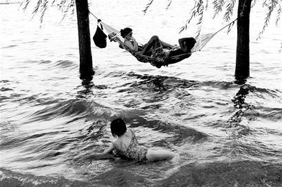 图文:武汉一对恋人水上架吊床避暑