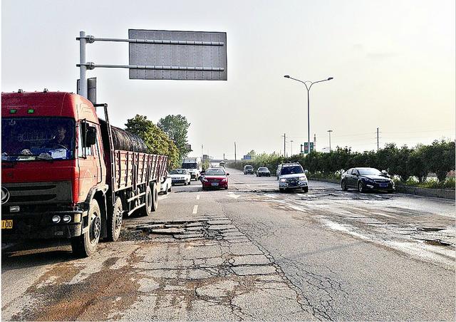 国博大道地下通道路面严重破损 致七车爆胎