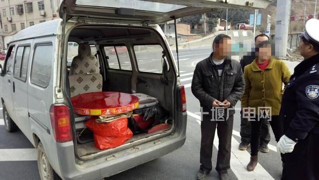 十堰一面包车非法运输烟花爆竹被查获 车辆暂扣